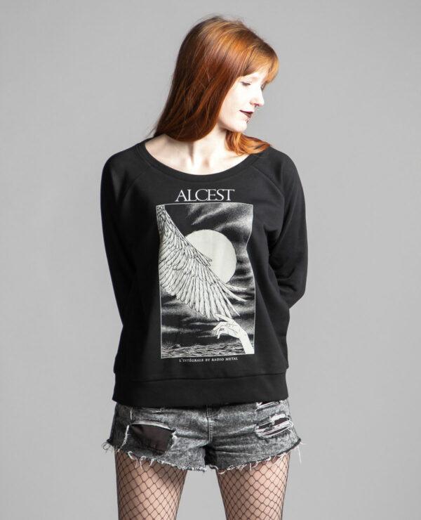 C'est un pull noir femme de la marque Radio Metal en lien avec la sortie du livre : Alcest, L'intégrale by Radio Metal pour le groupe de musique metal Alcest dont le visuel est fait par Fortifem et représente une main et une aile avec une lune.
