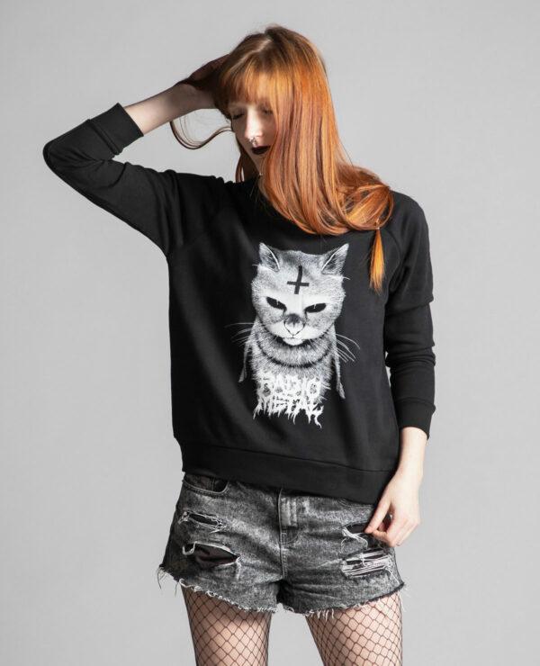 C'est le devant du pull noir femme de la marque Radio Metal qui représente un chat statanique