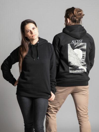 C'est un sweat à capuche femme et homme noir Radio Metal en lien avec la sortie du livre : Alcest, L'intégrale by Radio Metal pour le groupe de musique metal Alcest dont le visuel est fait par Fortifem et représente une main et une aile avec une lune.