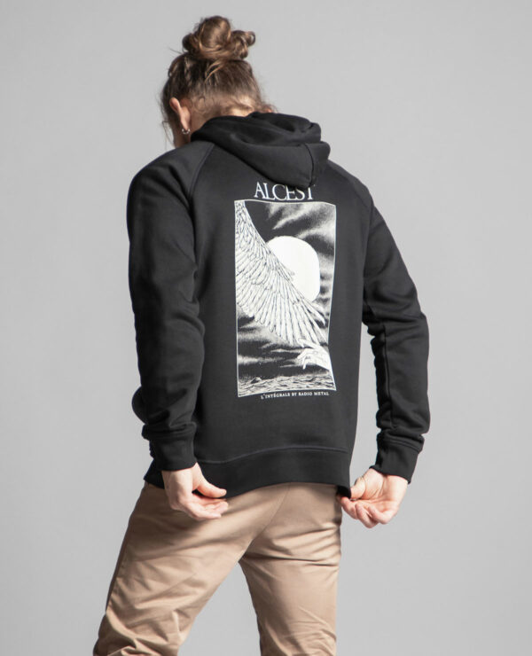 C'est le dos du sweat à capuche noir femme et homme de la marque aRadio Metal en lien avec la sortie du livre : Alcest, L'intégrale by Radio Metal pour le groupe de musique metal Alcest dont le visuel est fait par Fortifem et représente une main et une aile avec une lune.