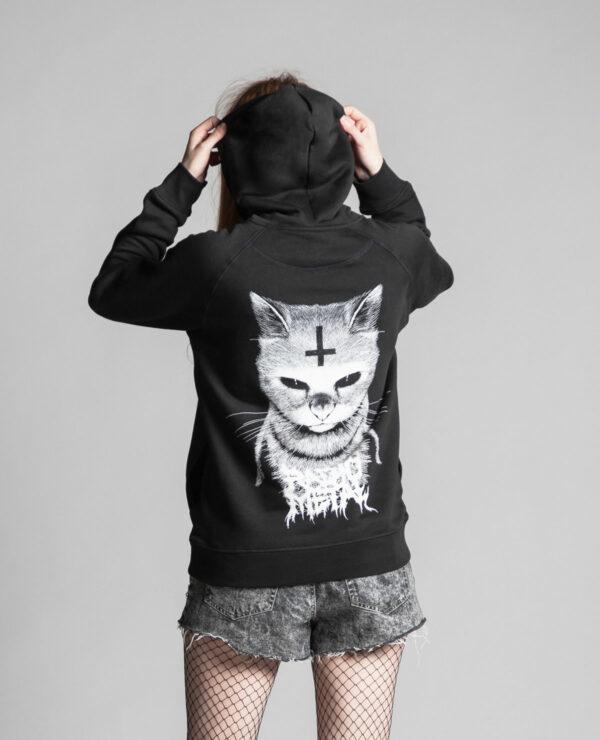 C'est le dos du sweat à capuche noir femme et homme de la marque Radio Metal qui représente un chat satanique