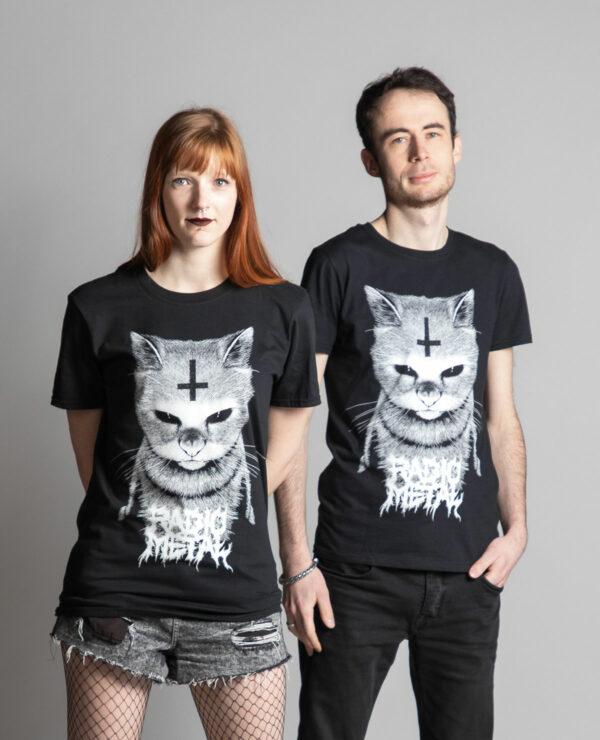 C'est un t-shirt noir femme et homme de la marque Radio Metal qui représente un chat satanique