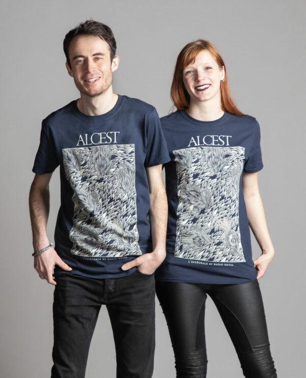 C'est un t-shirt bleu femme et homme Radio Metal en lien avec la sortie du livre : Alcest, L'intégrale by Radio Metal pour le groupe de musique metal Alcest dont le visuel est fait par Fortifem et représente un paon