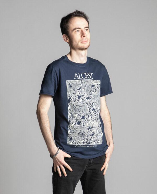 C'est un t-shirt bleu femme et homme Radio Metal en lien avec la sortie du livre : Alcest, L'intégrale by Radio Metal pour le groupe de musique metal Alcest dont le visuel est fait par Fortifem et représente un paon CIH