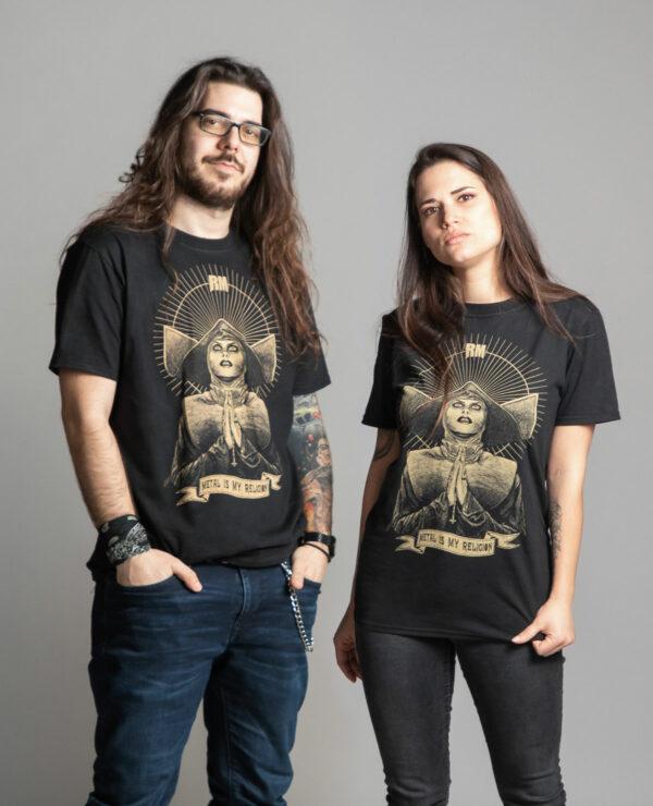 C'est un t-shirt noir femme et homme de la marque Radio Metal qui représente une none