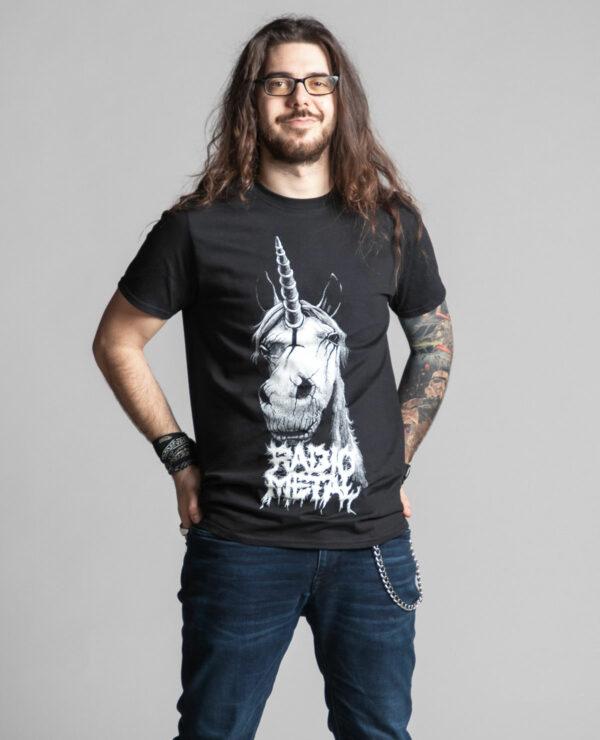 C'est un t-shirt noir femme et homme de la marque Radio Metal qui représente une licorne satanique