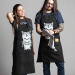 C'est un tablier noir de la marque Radio Metal représentant un chat satanique