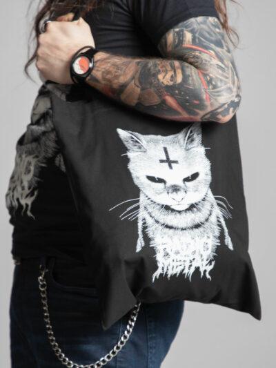 C'est le devant du pull femme de la marque Radio Metal qui représente un chat