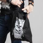 C'est le tote-bag de la marque Radio Metal qui représente un chat staniquea