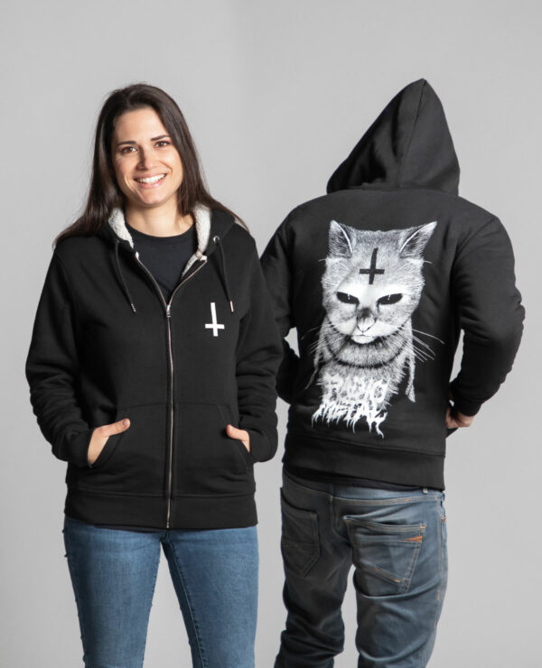 C'est le devant de la veste sherpa à capuche noire femme et homme de la marque Radio Metal qui représente un chat satanique