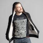 C'est l'intérieur de la veste sherpa noire à capuche femme et homme de la marque Radio Metal qui représente un chat satanique. Le t-shirt représente un paon Alcest