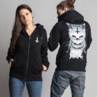 C'est la veste à capuche noire femme et homme de la marque Radio Metal qui représente un chat satanique.