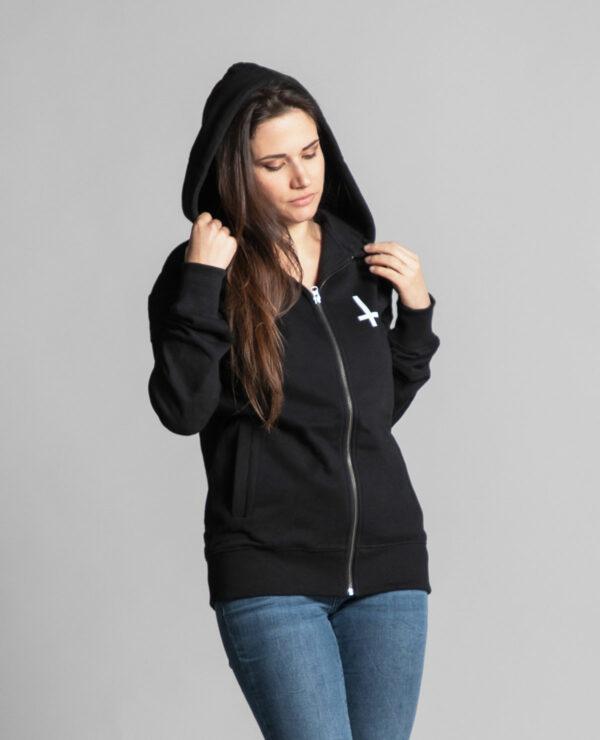 C'est le devant de la veste à capuche noire femme et homme de la marque Radio Metal qui représente une croix