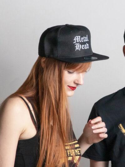 c'est une casquette de skateur de la marque Radio Metal où il est écrit : Metal Mead