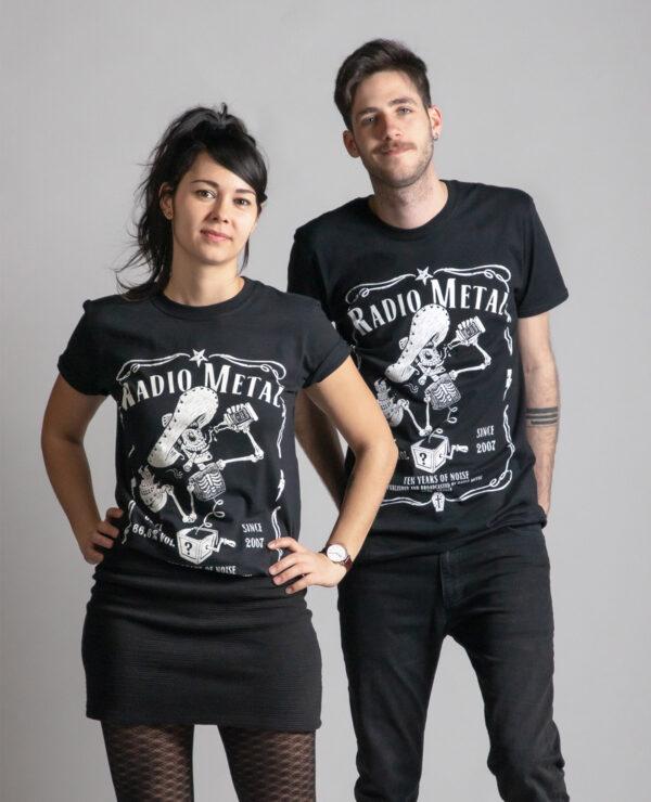 C'est un t-shirt noir femme et homme de la marque Radio Metal qui représente l'étiquette de la bière et du whiskey radio metal