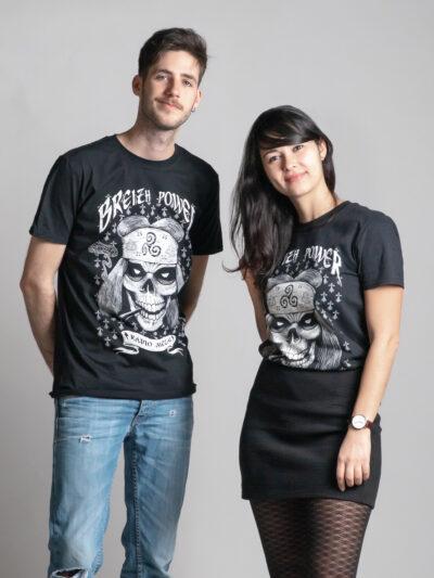 C'est le t-shirt noir femme et homme de la marque Radio Metal qui représente un crane avec un Triskèle breton et où il est écrit : breizh power