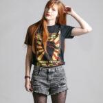 C'est le t-shirt noir femme et homme de la marque Radio Metal qui représente un poing levé avec un éclair et où il est écrit : fight for metal