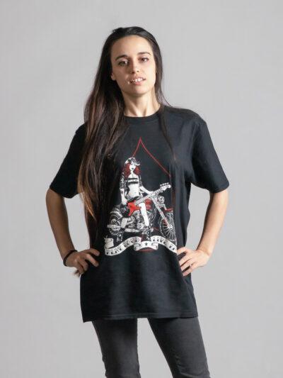 C'est le devant du t-shirt noir femme et homme de la marque Radio Metal qui représente une femme en maillot de bain avec une moto et une guitare