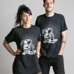 C'est un t-shirt noir femme et homme de la marque Radio Metal qui représente un ours qui chante dans le micro du groupe de musique Metallica