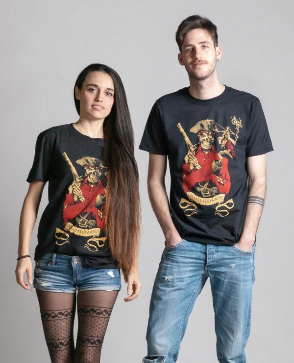 C'est un t-shirt noir femme et homme de la marque Radio Metal qui représente un pirate. Il est écrit : Memento mori