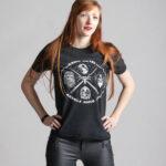 C'est un t-shirt noir femme et homme de la marque Radio Metal qui représente le groupe Kiss en lien avec le film Star Wars