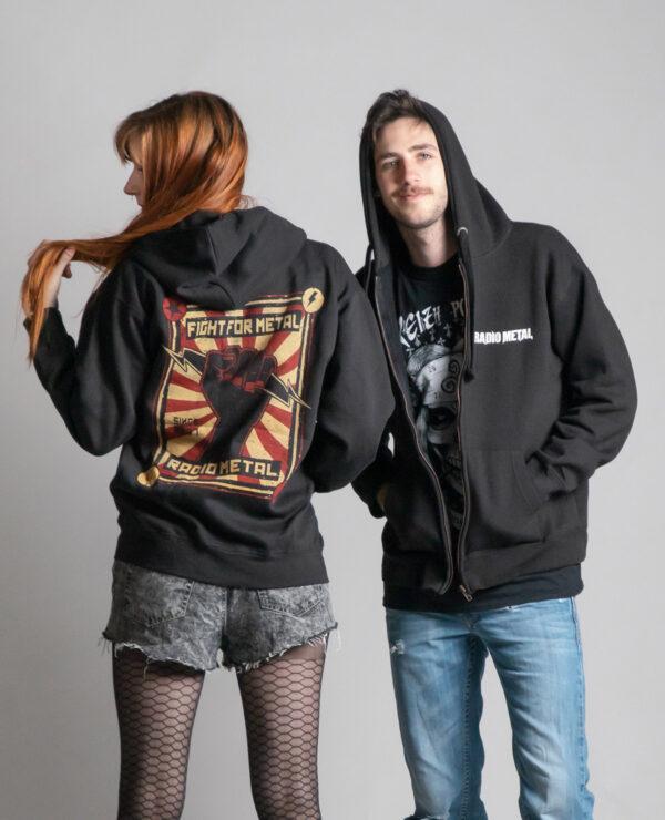 C'est la veste à capuche noire femme et homme de la marque Radio Metal qui représente un poing levé avec un éclair et où il est écrit : fight for metal