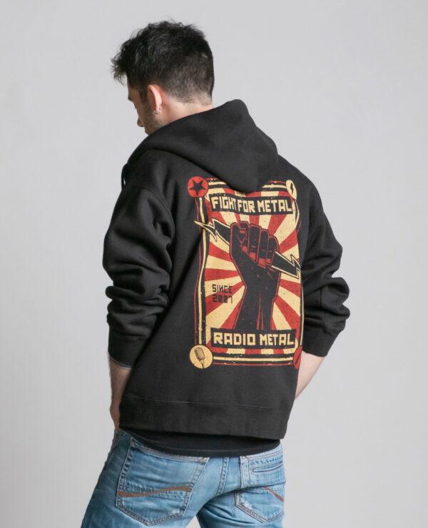 C'est le dos de la veste à capuche noire femme et homme de la marque Radio Metal qui représente un poing levé avec un éclair et où il est écrit : fight for metal